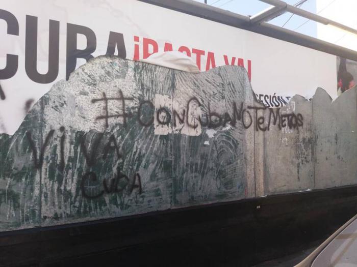 Los carteles ofensivos fueron sustituidos por vivas Fidel y la frase que se ha viralizado durante los últimos días: «Con Cuba no te metas». Foto: Tomada de Internet