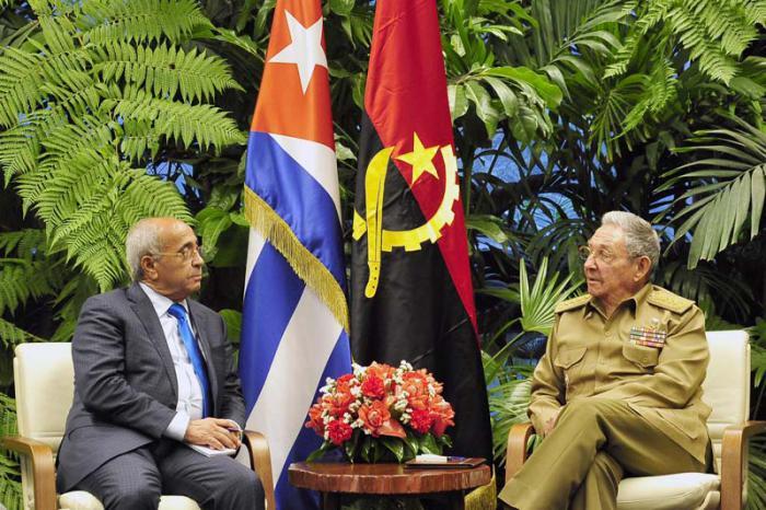 Raúl Castro recibe al Ministro de Defensa Nacional de Angola