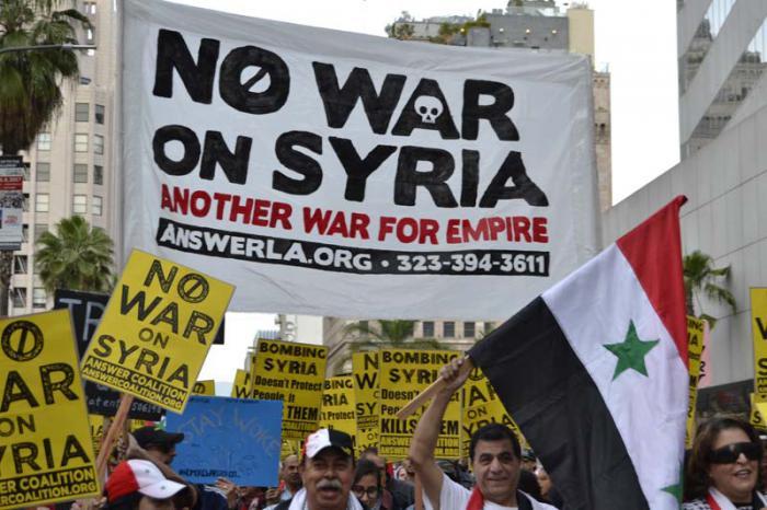 «No a la guerra en Siria, otra guerra del imperio», decía uno de los carteles mostrados durante las protestas contra el ataque a la nación árabe.