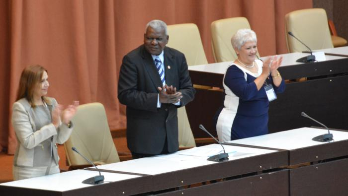 De izquierda a derecha: Ana María Mari, Esteban Lazo y Miriam Brito, vicepresidenta, presidente y secretaria, respectivamente, de la Asamblea.