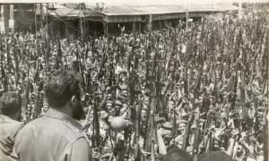 Fidel proclama el carácter socialista de la Revolución en la esquina habanera de 23 y 12, durante el entierro a las víctimas de los bombardeos a los aeropuertos el 15 de abril de 1961, preludio de la invasión a Girón. foto: Raúl corrales