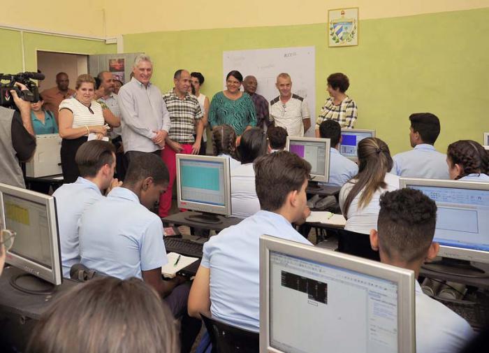 Recorre Presidente cubano lugares de interés económico y social de La Habana