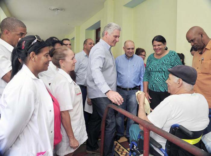 Miguel Diaz-Canel en hogar de ancianos 28 de enero. Foto Estudios Revolución