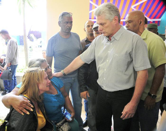 Díaz-Canel, Machado Ventura y otras autoridades visitan a los familiares de las víctimas