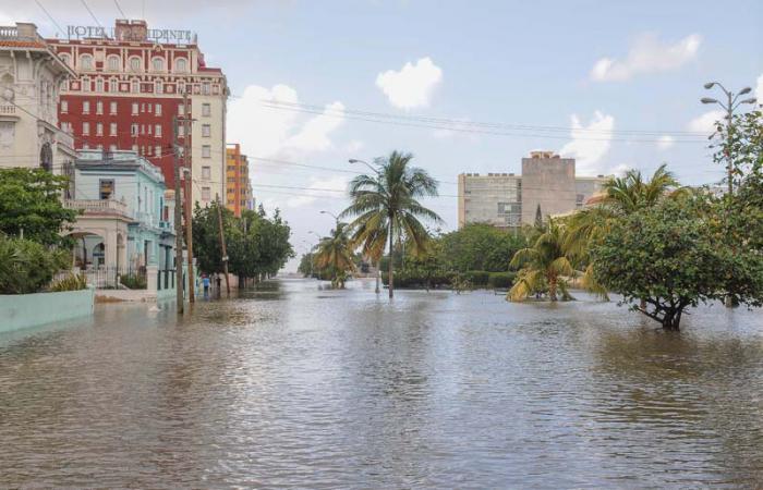 Inundaciones costeras por penetraciòn del mar en zonas bajas del litoral habanero, el Malecòn