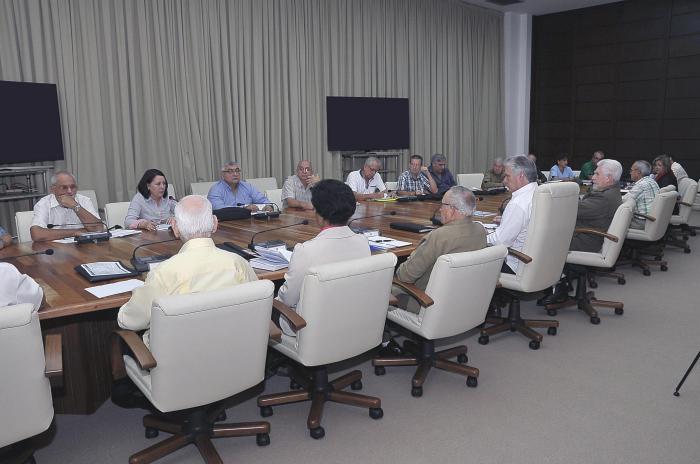 Examina presidente cubano programa de la vivienda