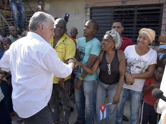 El Presidente cubano saluda a vecinos del consejo popular Chicharrones.