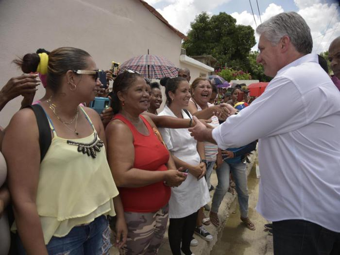Díaz-Canel recibió el cariño y la admiración de los pobladores de El Cobre.