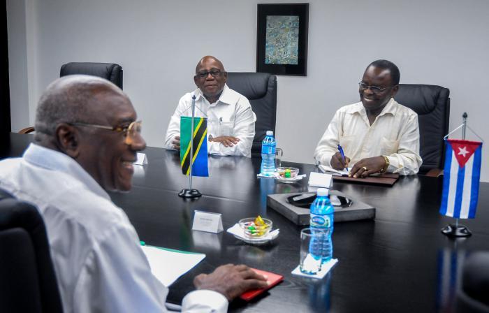 Primer Vicepresidente cubano recibe  a dirigente político de Tanzania