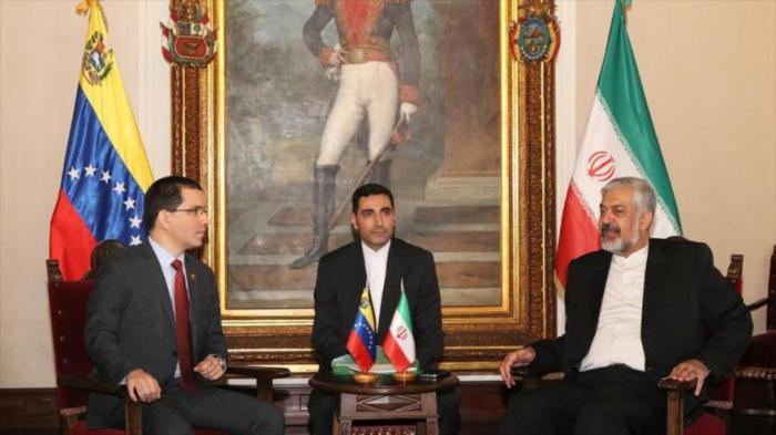 El vicecanciller iraní, Morteza Sarmadi (derecha) se reúne con el canciller venezolano, Jorge Arreaza, en Caracas.