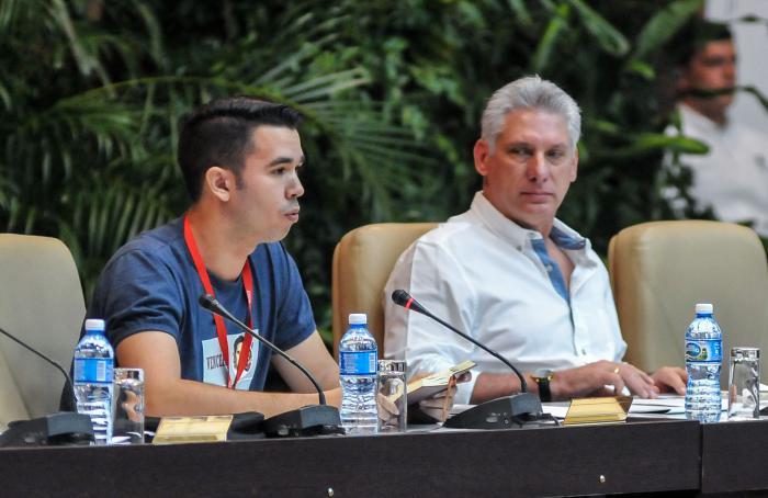 Miguel Díaz- Canel, presidente de los Consejos de Estado y de Ministros de Cuba, y  Raúl Alejandro Palmero, presidente de la Federación de Estudiantes Universitarios (FEU), durante la Sesión Plenaria y Clausura del IX Congreso de la Federación de Estudiantes Universitarios (FEU), en el Palacio de Convenciones