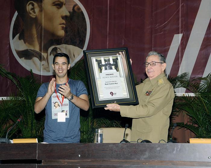 El General de Ejército Raúl Castro Ruz recibió el Premio Alma Máter, máximo reconocimiento otorgado por la FEU.