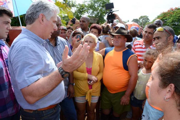 El Presidente subió a saludar a los pobladores de la comunidad de Dos Victorias, en las cercanías del río Zaza.
