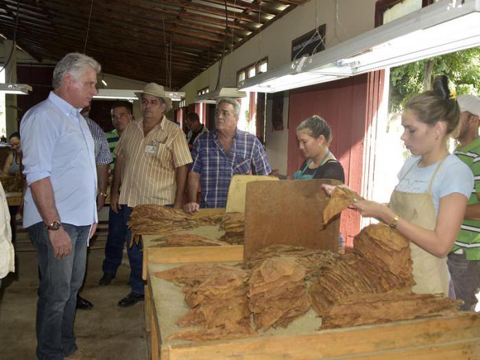 Dialoga Díaz-Canel con pobladores del municipio avileño de Florencia