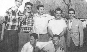 Fidel con Ñico López, Abel Santamaría y José Luis Tassende en la Finca Santa Elena, en Los Palos, donde hacían prácticas de tiro antes de ir al asalto al Cuartel Moncada. En cuclillas de izquierda a derecha: Ernesto Tizol y Billy Gascón. Esta histórica fo