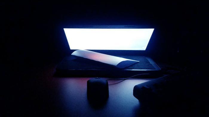 La luz azul de las pantallas de dispositivos digitales puede acelerar ceguera