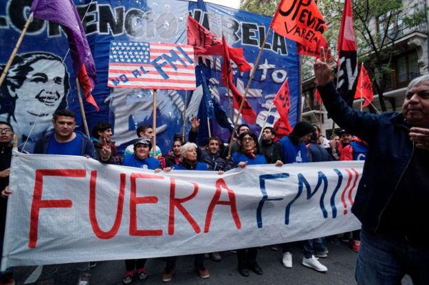 La decisión de Macri de acudir al FMI, motivó numerosas protestas en Argentina.