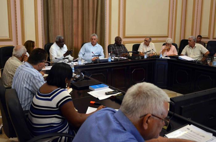 Intercambia Díaz-Canel con presidentes de gobiernos provinciales