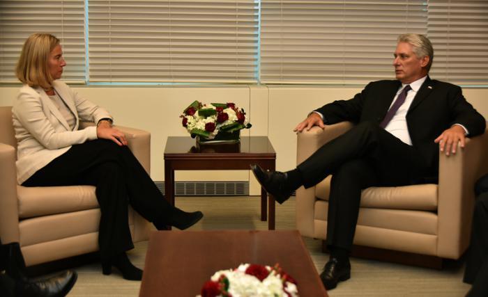 Con Federica Mogherini, alta representante de la Unión Europea para Asuntos Exteriores y Política de Seguridad.