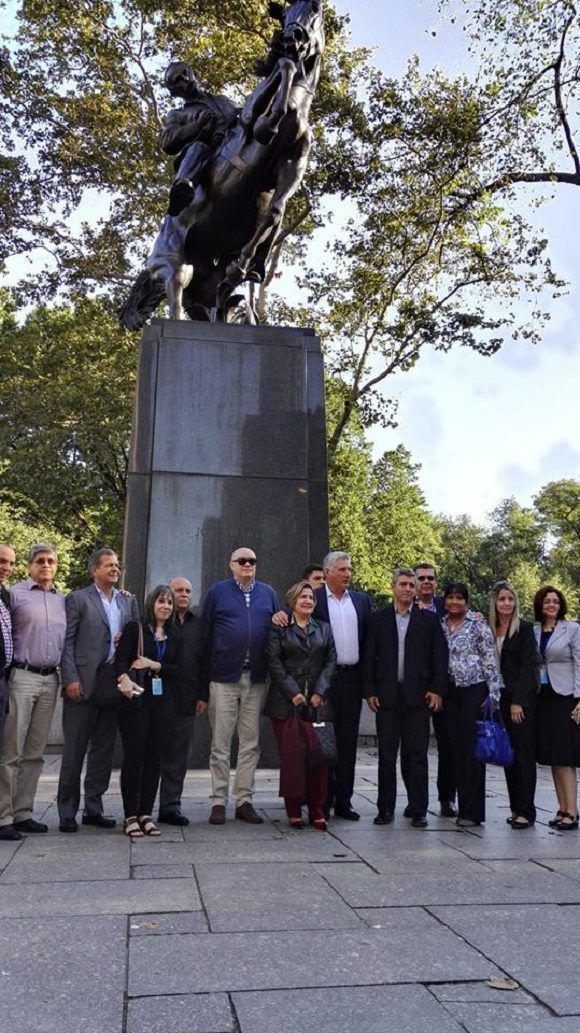 Presidente cubano rinde homenaje a Martí y visita el Museo de Historia Natural