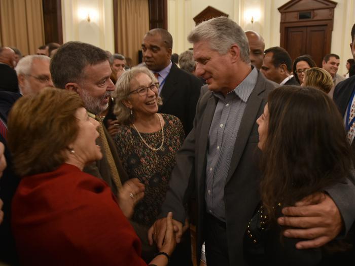Díaz-Canel rodeado de emigrados cubanos en Nueva York. foto: estudios revolución