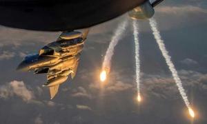 Avión f5 lanza fósforo blanco.