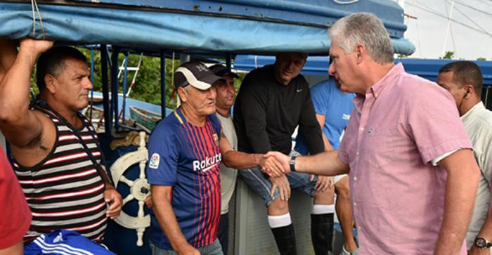 Díaz-Canel conversó con varios pescadores que avituallaban sus embarcaciones para salir al mar luego de varios días sin poder hacerlo.