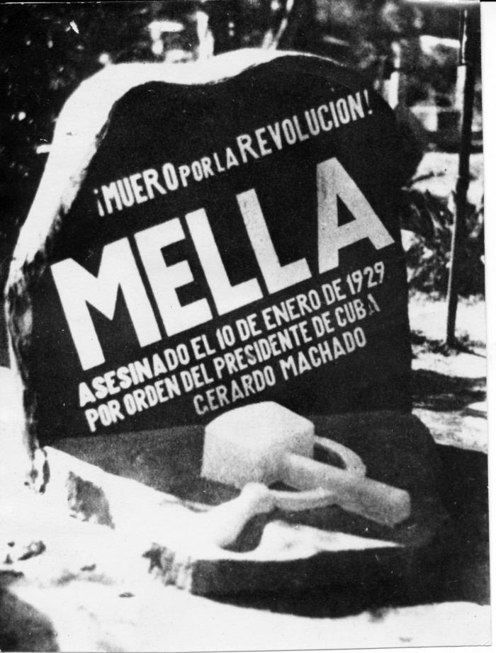 Monumento construido en la tumba de Julio Antonio Mella en México. Al día siguiente de haber sido levantado, la policía lo destruyó.