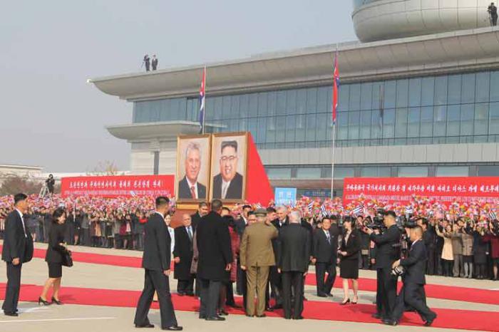 El Presidente cubano llegó este domingo a la capital norcoreana como parte de su gira internacional por Europa y Asia