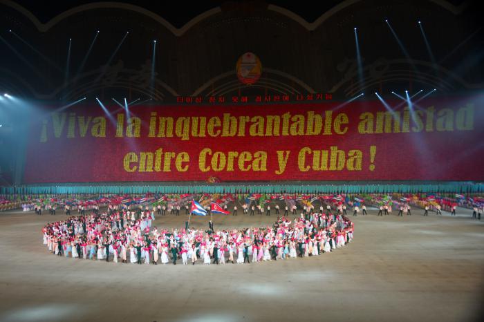 Asiste Presidente cubano a llamativo agasajo popular en la capital norcoreana (+ Fotos)