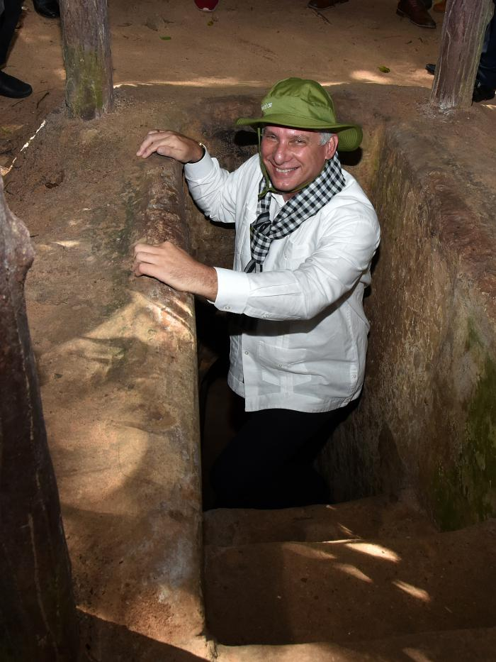 Presidente cubano visita legendarios túneles guerrilleros en Vietnam