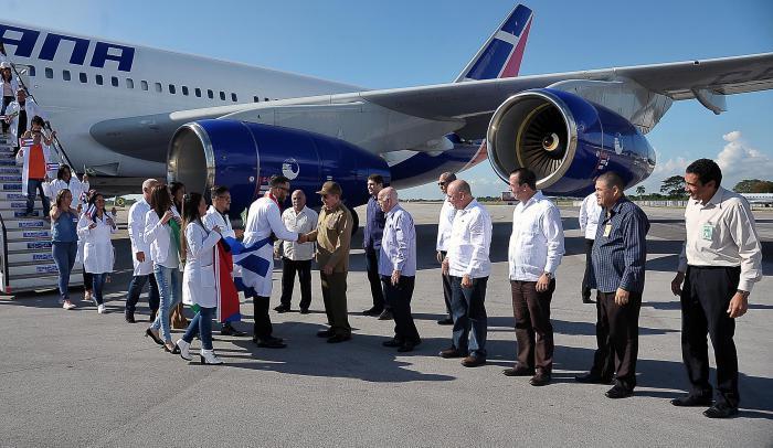 El abrazo de Raúl  Castro a los médicos que vuelven de Brasil