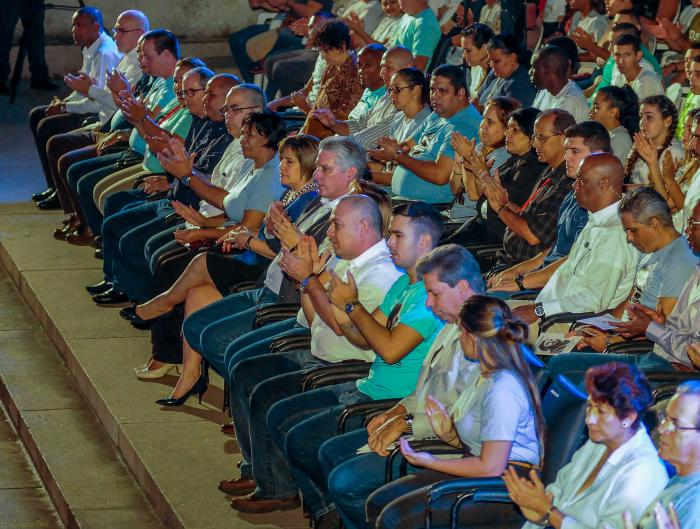 Miguel Díaz-Canel Bermúdez, presidió la velada político cultural en Homenaje al segundo aniversario de la desaparición física del Comandante en Jefe Fidel Castro, en la Escalinata de la Universidad de La Habana