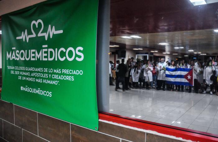 Recibimiento a los médicos que regresan de Brasil por el Comandante Ramiro Valdés Menéndez; vicepresidente de los Consejos de Estado y de Ministros; Dr.José Ángel Portal Miranda; Ministro de salud Pública de Cuba en la Terminal No. 3 del aeropuerto José Martí; en el Wajay; Boyeros.