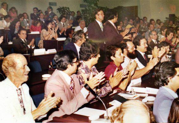 Asistentes al diálogo de 1978 aplauden a Fidel. Foto: LASA