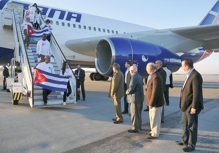 Raúl Castro recibe a médicos cubanos llegados de Brasil