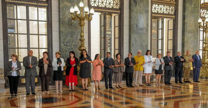 Miembros de la Comisión Electoral Nacional toman posesión de sus cargos, reciben certificación que los acredita como tal y firman el juramento. Presiden el Primer Vicepresidente Salvador Valdés Mesa y el titular del Parlamento, Esteban Lazo.