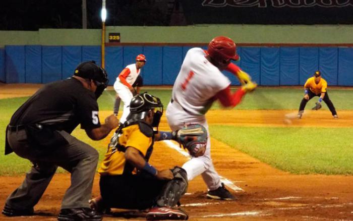 Danel Castro conectó jonrón y doble en el primer juego de la final de la postemporada cubana frente a Villa Clara. Foto: Rey Betancourt