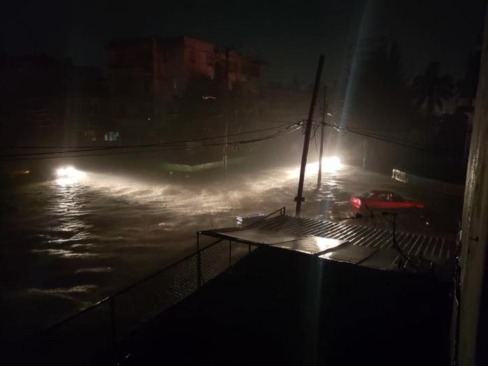 Estremecida la capital cubana por fuertes vientos y lluvia intensa (+ Fotos)