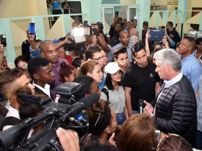 Dialogó Díaz-Canel con damnificados por tornado en la capital cubana (+ Fotos)