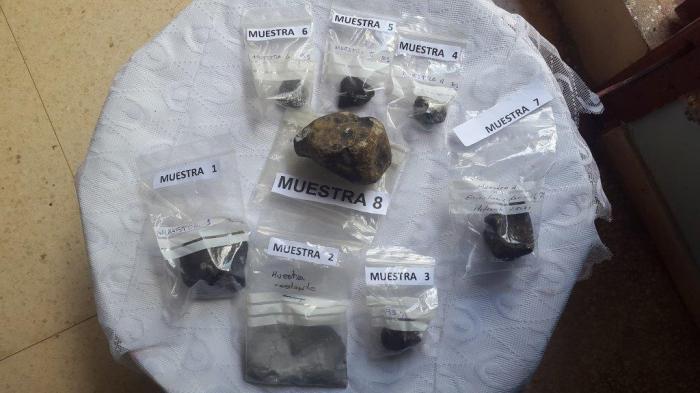 Fragmentos del meteorito mostrados a la prensa en el Instituto de Geofísica y Astronomía.