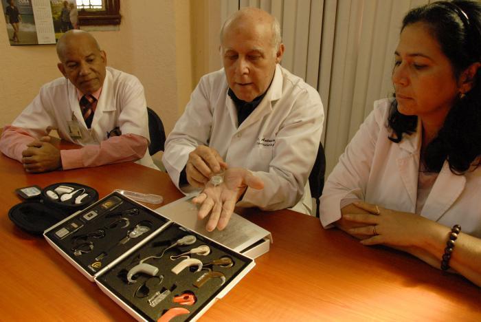 Los doctores Manuel Sevila Salas (izquierda), Antonio Paz (al centro) y Sandra Bermejo Guerra explican cómo funciona el mecanismo de un implante coclear. Foto: Dunia Álvarez Palacios