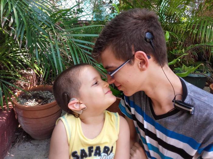 Javier y Alejandro Valdivia, hermanos, ambos beneficiados con el Programa de implantados con tecnología de punta distinta. Foto: Cortesía programa implante coclear