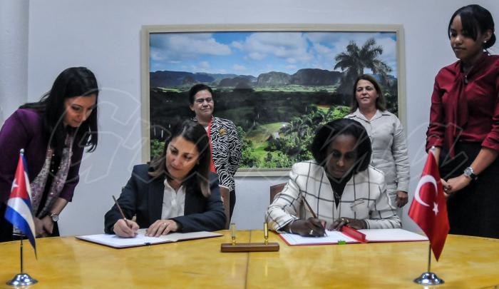 Acta de la 4ta reunión de seguimiento entre el MINCEX de Cuba y el MINIST de Comercio de la República de Turquía; firman Ileana Nuñez (C.D); Viceministra de Comercio Exterior y la Inversión Extranjera de Cuba y su homóloga Gonca Yilmay Batur (C.I); viceministra de turquia
