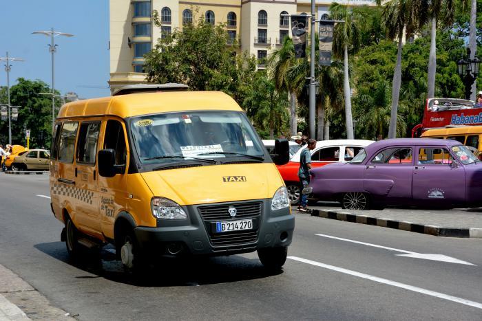 Taxis por la calle Prado, frente al Parque Central en Centro Habana.
