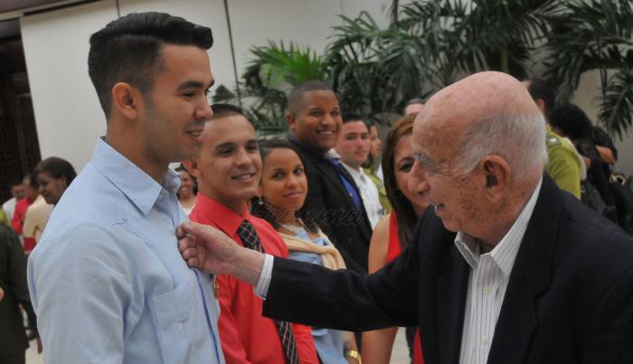Cuba: Machado Ventura condecora a colectivos y jóvenes destacados