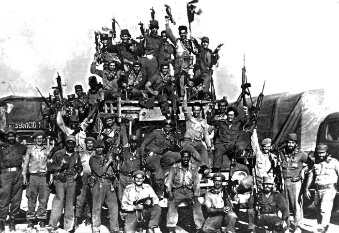 Las milicias y combatientes de Playa Giron, con la victoria. Fotocopia : Carlos Pereira 19/04/1988 Publicada 19/04/2002 Giro0328