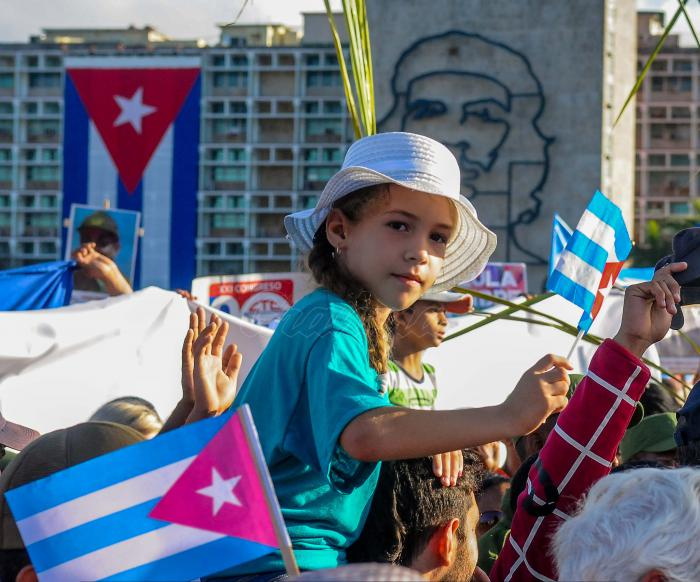 Con la presencia del General de Ejército Raúl Castro Ruz, Primer Secretario del Comité Central del Partido y Miguel Díaz-Canel Bermúdez, Presidente de los Consejos de Estado y de Ministros, comenzó el desfile. Los trabajadores cubanos inspirados en el concepto de Revolución expresado por Fidel, precisamente el 1ro. de mayo del año 2000,