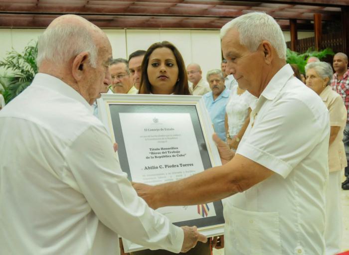 Condecorados en Cuba campesinos destacados