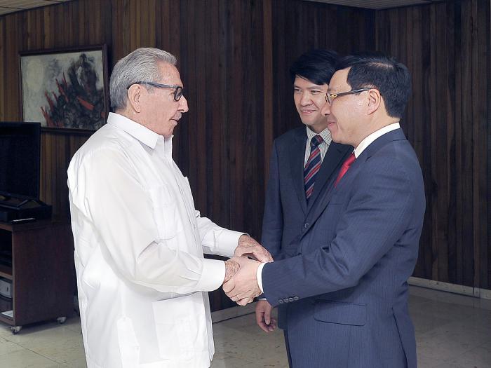 Dialogan en La Habana Raúl Castro y Pham Binh Minh